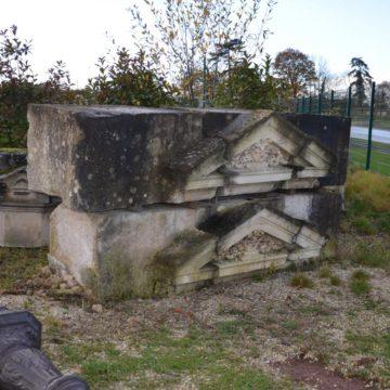 fronton ancien pierre calcaire