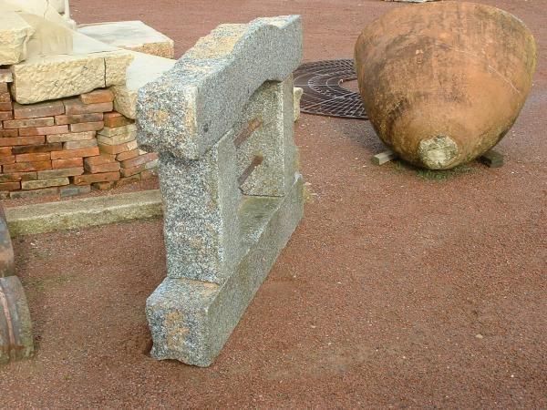 fenetre en pierre anciennne