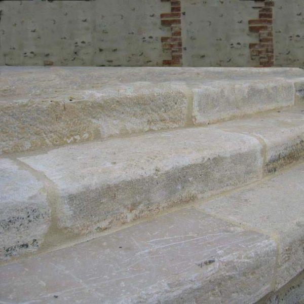 Marches ancienne en pierre calcaire