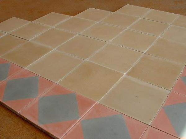 Carrelage ancien en ciment de couleur rose et gris frise for Carrelage rose