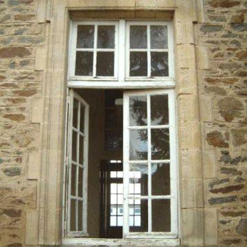 Encadrement de fenêtre en pierre ancienne