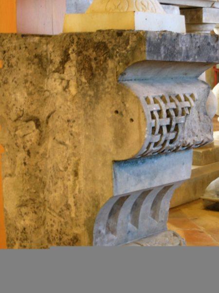 Socle ancien en pierre pour statue