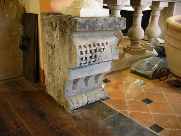 Socle en pierre pour statue