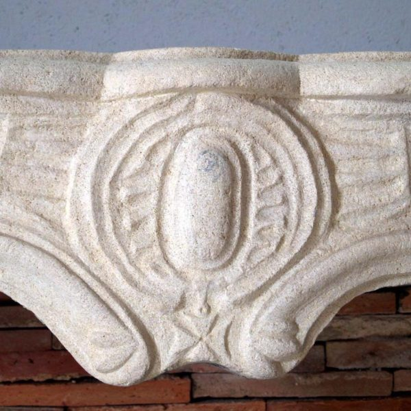 linteau orné d'une croix de Malte au centre