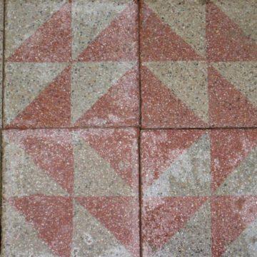 Carrelage ancien en ciment rose et gris