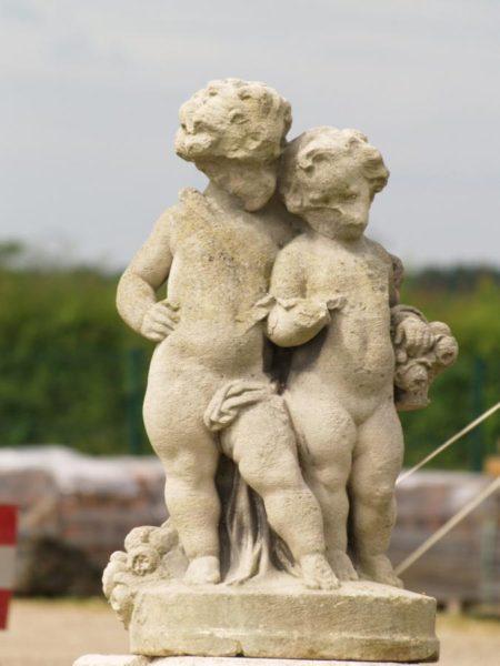 Statue de chérubin en pierre