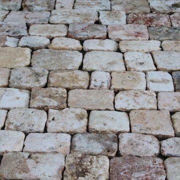 Pavés anciens en pierre calcaire