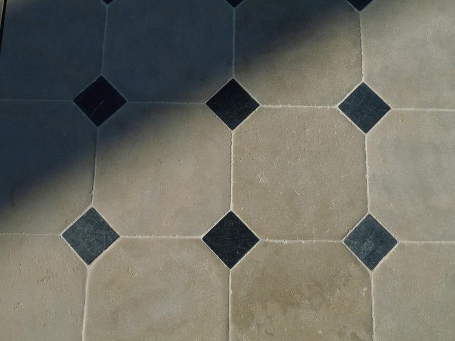 Dallage cath drale en pierre calcaire for Carrelage hexagonal noir