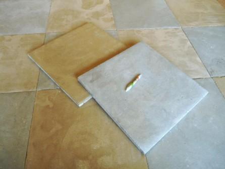 Carrelage damier en pierre naturelle ocre et gris for Carrelage en pierre calcaire