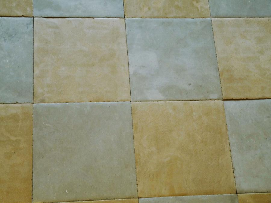 Carrelage damier en pierre naturelle ocre et gris for Carrelage en pierre naturelle