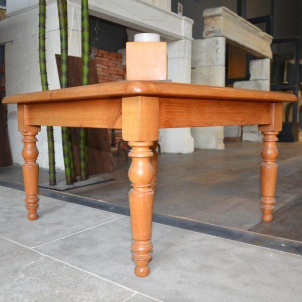 Table basse en bois avec un plateau en ardoise