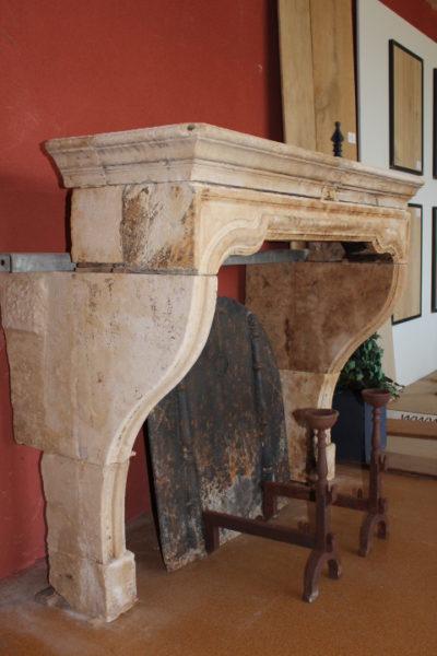Cheminée ancienne en pierre Louis XIV