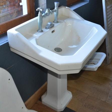 lavabo ancien de salle de bain sur pied bca mat riaux anciens. Black Bedroom Furniture Sets. Home Design Ideas
