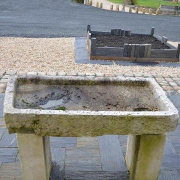 Évier ancien en pierre calcaire