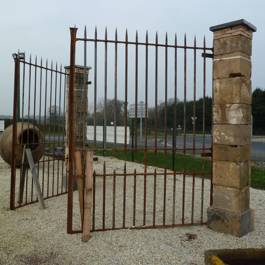 Portail ancien fer forge piliers - Pilier de portail en pierre ancien ...