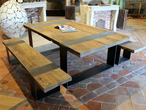 Table avec bancs en vieux chene et pieds fer