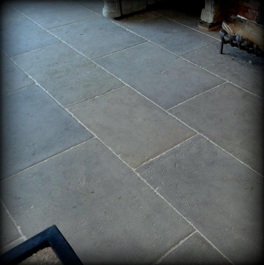 Dalles normandes en pierre calcaire bca mat riaux anciens for Carrelage en pierre calcaire