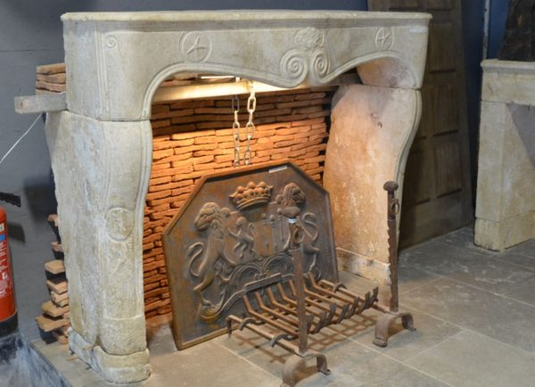 cheminée ancienne en pierre calcaire d'époque