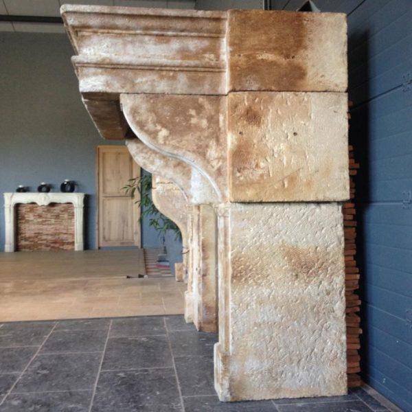 cheminée ancienne en pierre calcaire