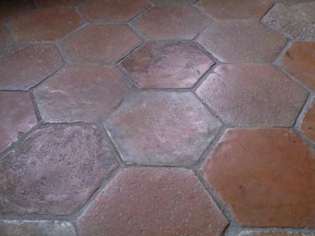 Carrelage hexagonal en terre cuite de couleur rose orang for Carrelage hexagonal couleur