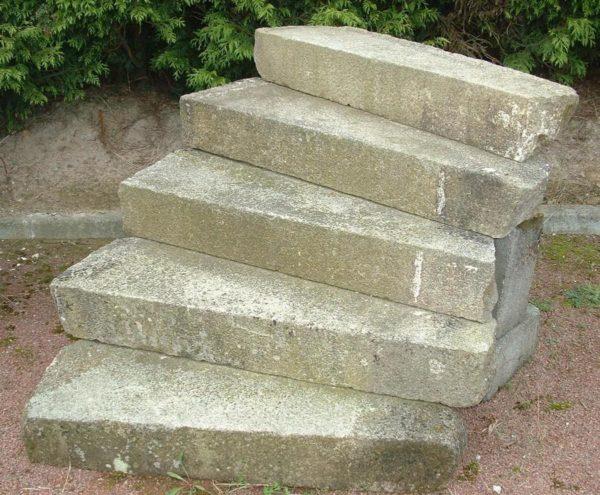 Escalier extérieur ancien en granit