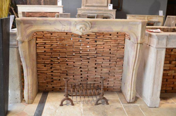Cheminée ancienne en pierre de Bourgogne style régence