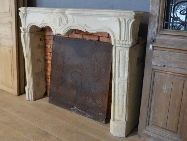 Cheminée ancienne en pierre style Régence