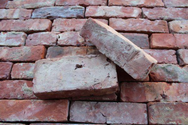 Vieille brique ancienne en terre cuite