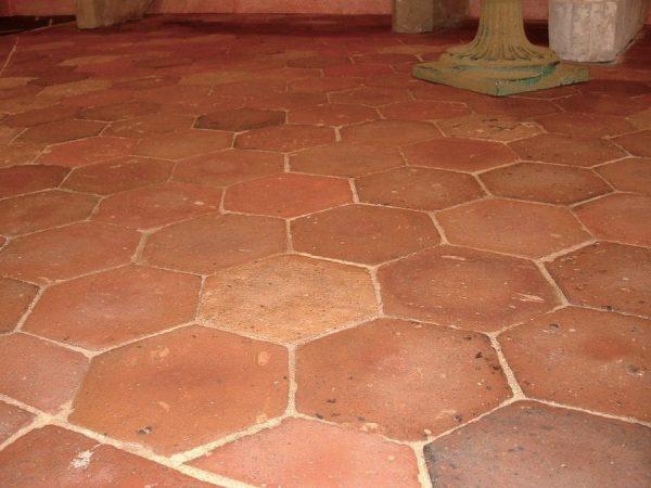 ancienne tomettes hexagonale en terre cuite