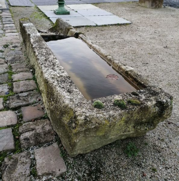 auge ancienne avec eau dans cuve