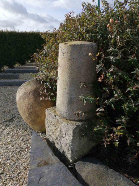 borne en pierre ancienne avec 1 exemplaire disponible