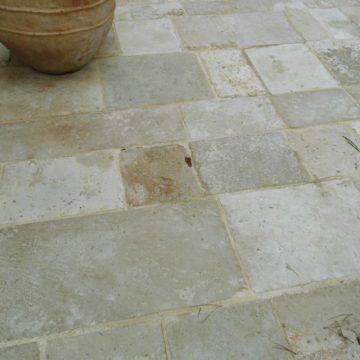 dallage ancien en pierre type bourgogne dans une cour