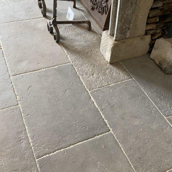 dalles normandes avec une surface cirée