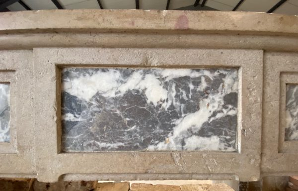 interieur du linteau de la cheminée en pierre