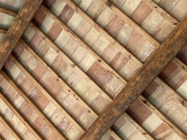 parefeuille ancien sur toit de piscine