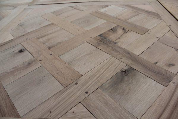 parquet versailles en vieux chêne en exposition dans le showroom