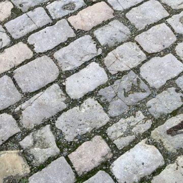 pavé ancien en pierre calcaire
