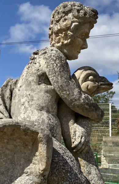 pierre calcaire avec cygne et cherubin