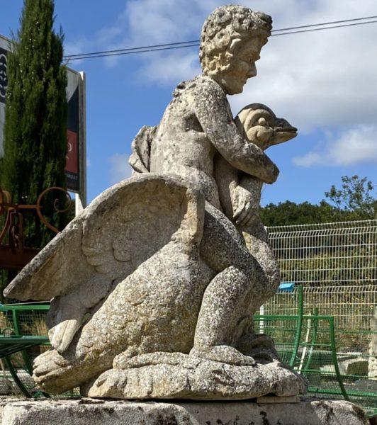 statue ancienne en calcaire avec cygne