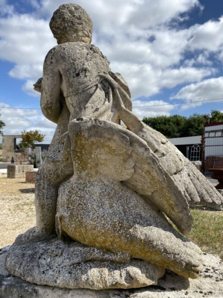 statue ancienne chérubin avec cygne