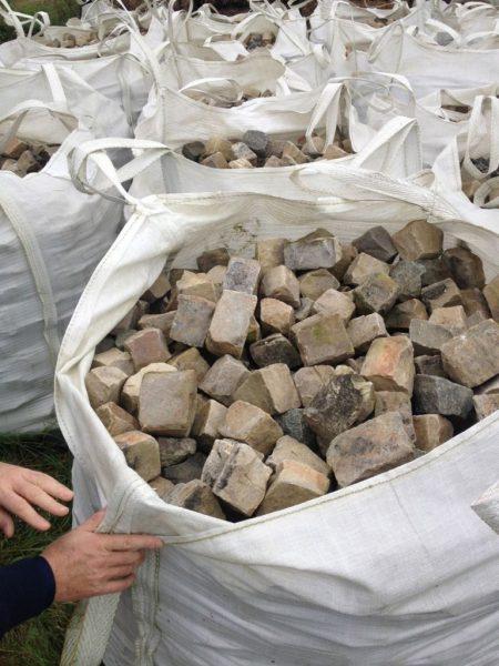 stock de pavés en grès de taille petite