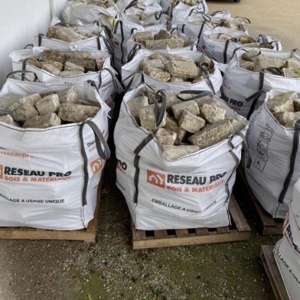stock de pavés en pierre calcaire