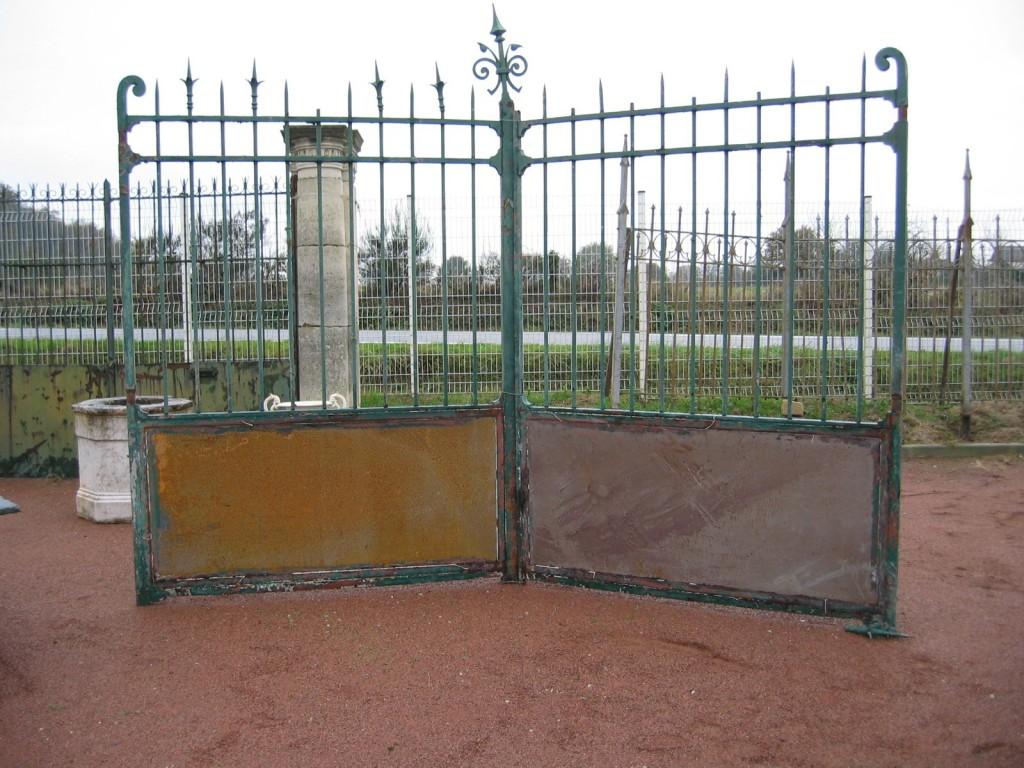 Portail ancien et grille en fer forg belle structure cossue for Petit portail fer forge