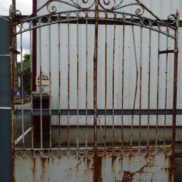 Portail ancien de ville en fer forgé