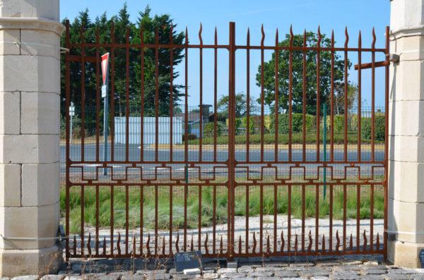 Portail ancien en fer forgé plein