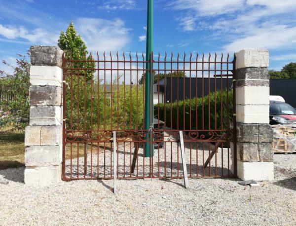 portail en fer forgé ancien disponible à Mery-Corbon