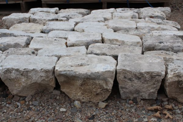 Pavés anciens de récupération en pierre calcaire