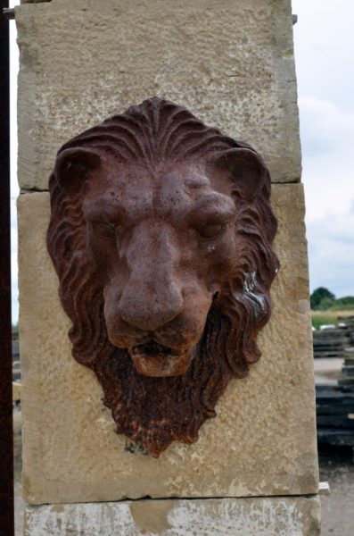 Sortie de fontaine tête de lion en fonte