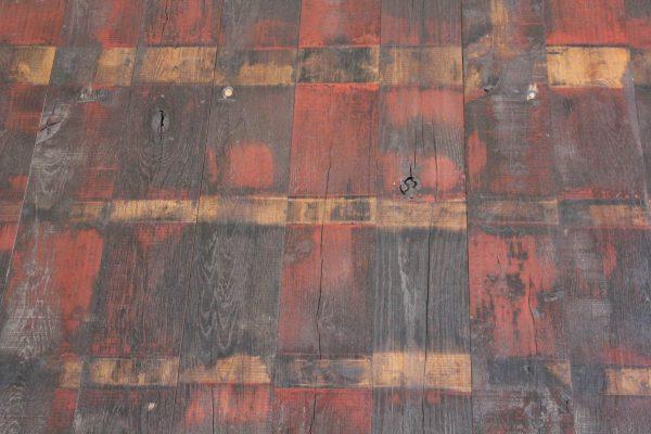 planche de wagon avec peinture rouge