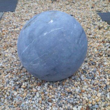 Boule en pierre bleue